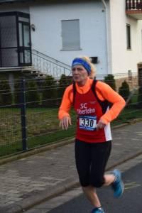02 2015 11 28 Dorflauf In Villmar, 10 Km-Kreis-M., SCO-Vereins-M. 065 Charlotte Themel Läuft Auf Dem Vermessenen Kurs Neue PBL