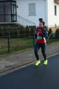 03 2015 11 28 Dorflauf In Villmar, 10 Km-Kreis-M., SCO-Vereins-M. 045 In Bester Laufstimmung Dreht Bärbel Runde Um Runde Ab