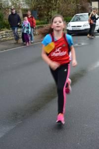 05 2015 11 28 Dorflauf In Villmar, 10 Km-Kreis-M., SCO-Vereins-M. 022 Marie Kommt Nach 2 Km Locker Ins Ziel